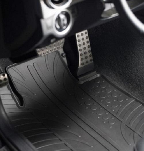 Tappetini per auto in gomma vs. Tappetini per auto in moquette